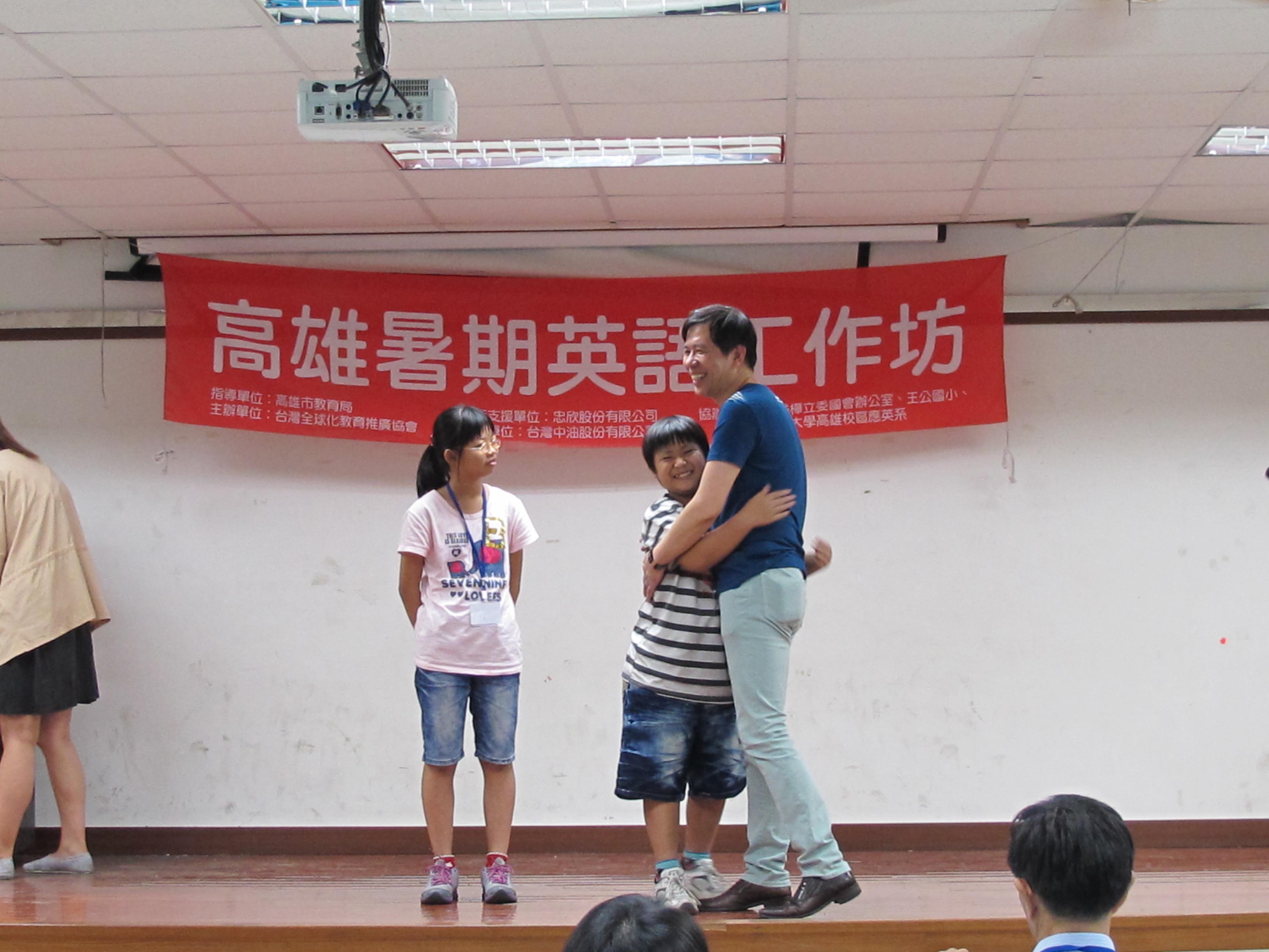 陳超明教授鼓勵得獎同學,好好「擁抱」英文