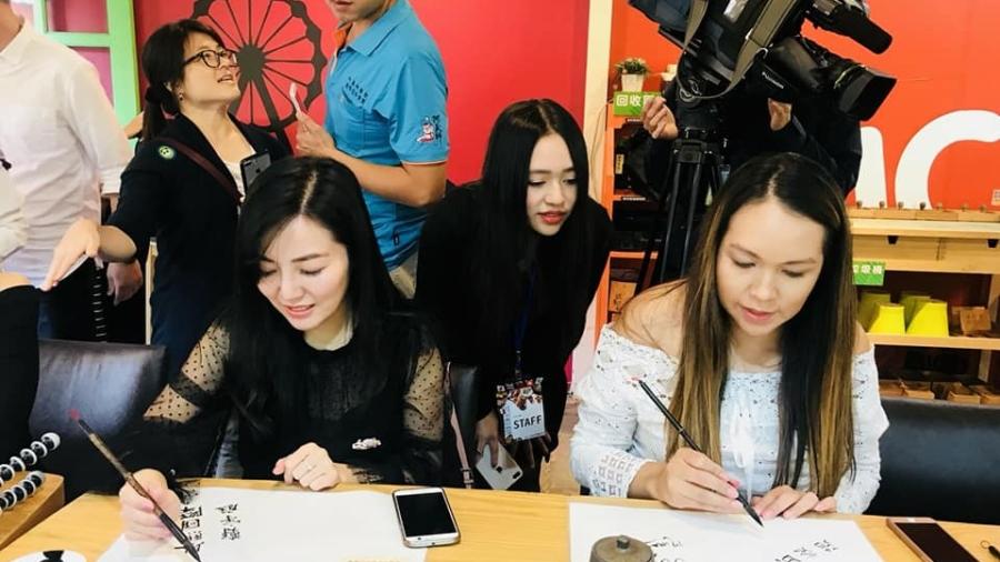 鄭宇庭帶外國網紅體驗書法_以熙國際提供
