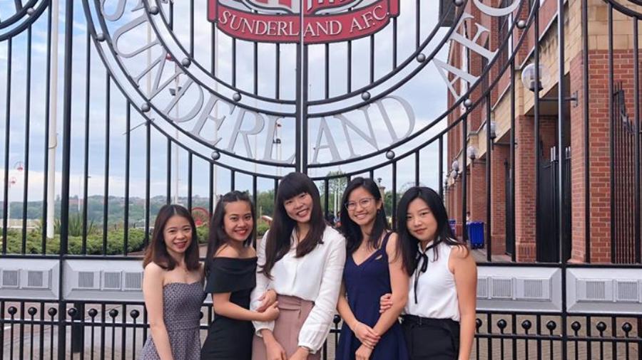 陳冠蓉(中)大四時赴英國桑德蘭大學完成雙學位。(照片提供/陳冠蓉)