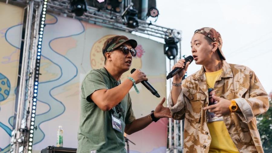 大量聽美國饒舌歌曲、研究英文rap的押韻方式,老莫(右)和同好逐漸開始創作、表演自己的作品。(攝影/IG@jerrythepopper)